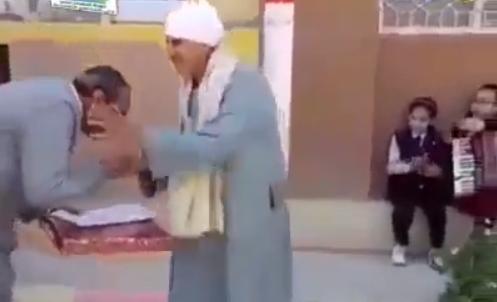 """لفتة إنسانية.. مدير مدرسة يقبل يد عامل أمام الطلاب بأسيوط """"فيديو"""" 14142"""