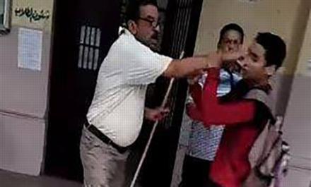 فيديو.. مشادة كلامية بين طالب ومعلم بمدرسة السعيدية تنتهي بالضرب بالعصا.. والتعليم توقف المعلم عن العمل 14215