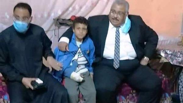 مدير تعليم سوهاج يزور طفل سقط من الدور الأول بمدرسة العمرى بأخميم 144118