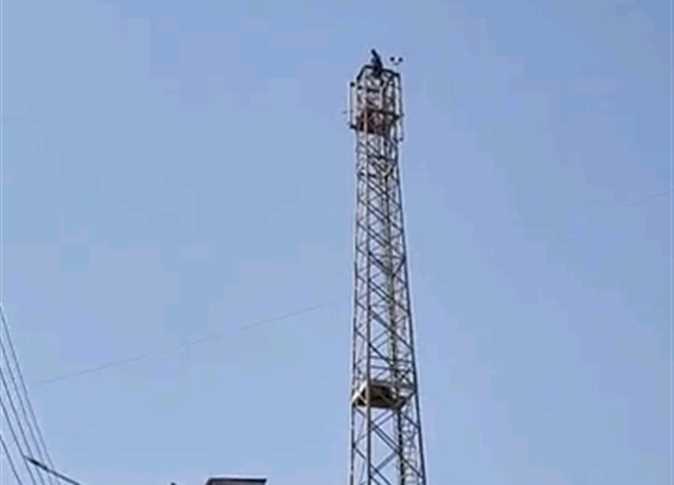 مش قادر أدفع مصروفات المدارس.. مواطن يهدد بالانتحار من أعلى برج محمول في الدقهلية  15950010
