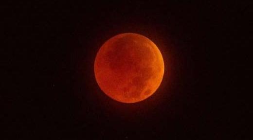 """عاجل.. ساعات قليلة تفصلنا عن """"قمر الذئب الدموي العملاق"""".. يبدأ 4:35 فجر الإثنين 1643"""