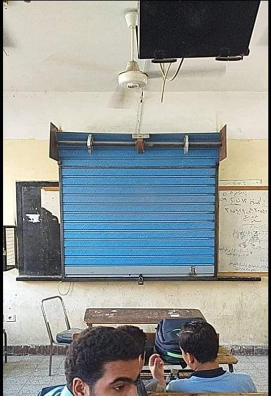 باب حديدي بقفل على السبورة الذكية لمنع استخدامها من قبل الطلاب 18912
