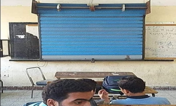 باب حديدي بقفل على السبورة الذكية لمنع استخدامها من قبل الطلاب 21200