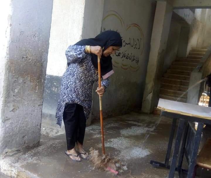 """بـ """"المساحة والخرطوم"""".. مديرة مدرسة بإدارة أرمنت تنظف الأرضيات استعدادا للعام الدراسى الجديد 21768"""