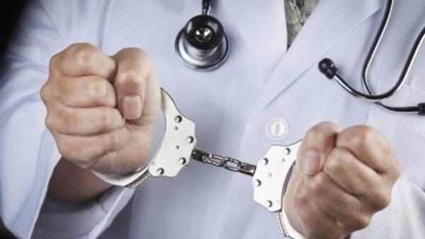 موظف بإدارة قنا التعليمية ينتحل صفة طبيب ويمارس المهنة داخل عيادة خاصة 26912