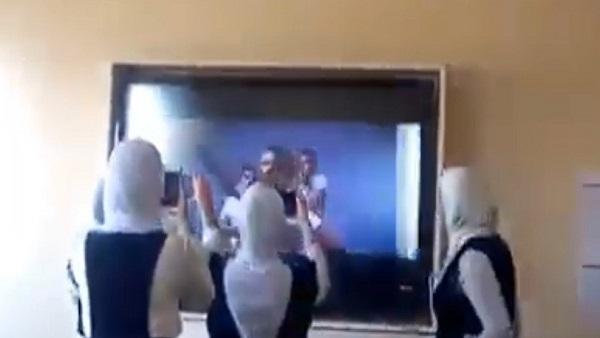 أغاني المهرجانات على الشاشة الذكية l بنات ثانوى يرقصن على اغاني حمو بيكا داخل الفصل.. فيديو 29910