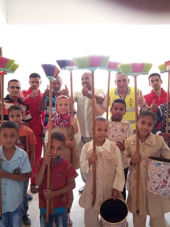 تحت مسمى مبادرة (مدرسة نظيفة).. أولياء أمور: إدارة إسنا تجبر الطلاب على تنظيف المدارس والتصوير إجبارى 44166