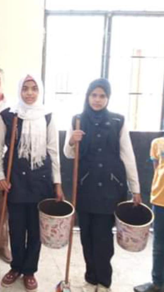 تحت مسمى مبادرة (مدرسة نظيفة).. أولياء أمور: إدارة إسنا تجبر الطلاب على تنظيف المدارس والتصوير إجبارى 44211