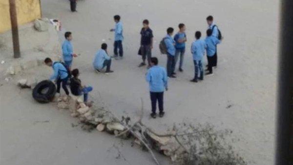 بعد موت زميلهم.. تلاميذ مدرسة احمد صفوت بالعريش يغلقون الطريق بالحجارة والكاوتش 46911