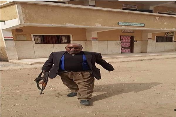 التعليم تصدر بيان بشأن واقعة حمل معلم لسلاح آلي داخل مدرسة.. والمعلم يعلق: زميل اخوانى هو من نشر الصورة 54513