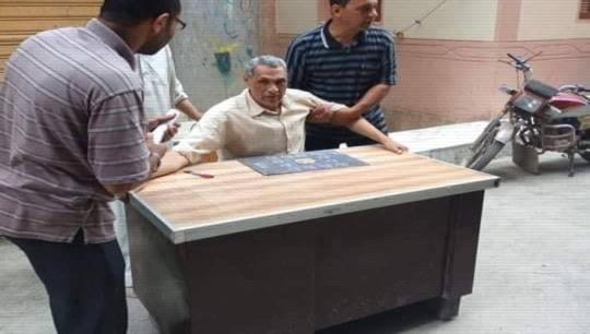 عايز يقعد لوحده في المكتب.. موظف بتعليم الدقهلية ينقل مكتبة للشارع بعدما طردة وكيل الإدارة  5764