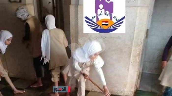 """جدل واسع عقب انتشار صور طالبات ينظفن حمامات المدرسة """"صور"""" 7444"""