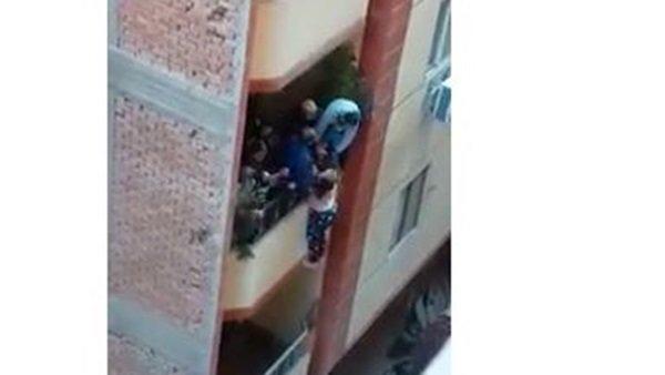 فيديو صادم لرجل حاول إلقاء زوجته من البلكونة لاته زهق منها 92511