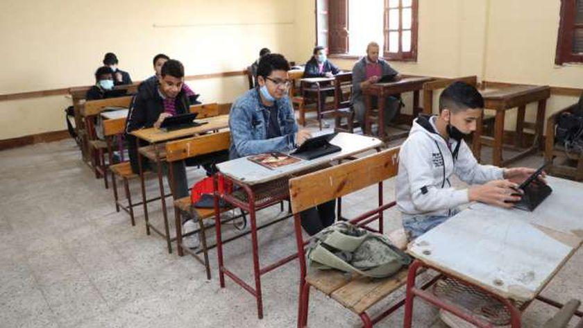 """مجرد شائعات.. التعليم"""" ترد على ما تداول عن تسريب إمتحان الجغرافيا واللغة الانجليزية للصف الاول الثانوي 2021  93192610"""