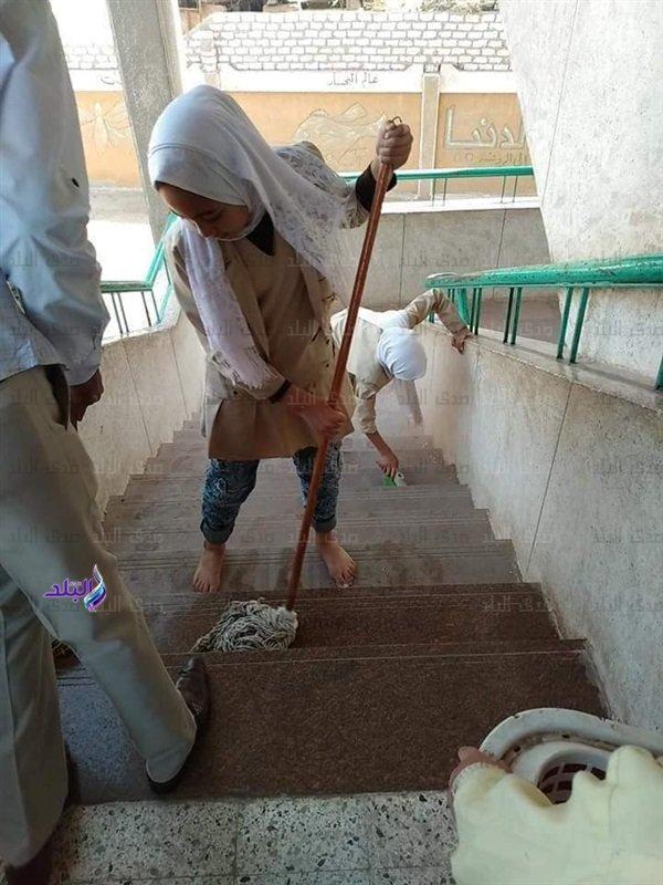 بعد تداول صور لطالبات ينظفن السلالم ودورات المياه.. التعليم تحيل المسئولين للتحقيق 97413