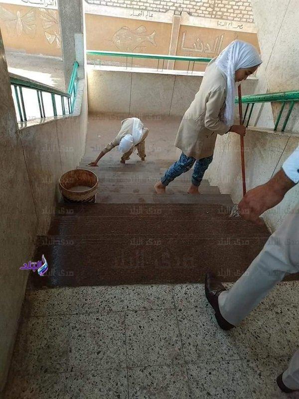 بعد تداول صور لطالبات ينظفن السلالم ودورات المياه.. التعليم تحيل المسئولين للتحقيق 97512