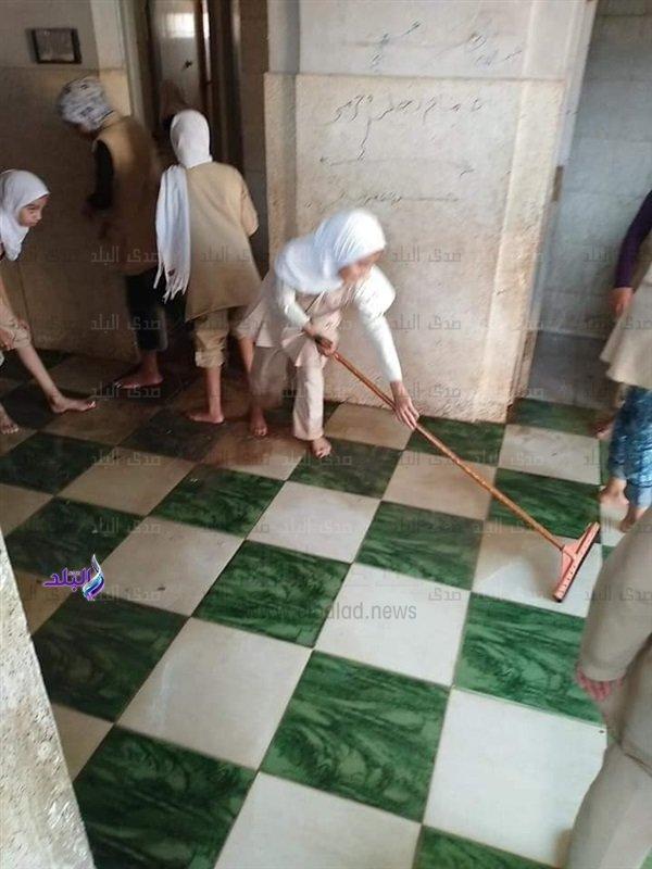 بعد تداول صور لطالبات ينظفن السلالم ودورات المياه.. التعليم تحيل المسئولين للتحقيق 97612