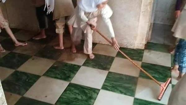 بعد تداول صور لطالبات ينظفن السلالم ودورات المياه.. التعليم تحيل المسئولين للتحقيق 98311