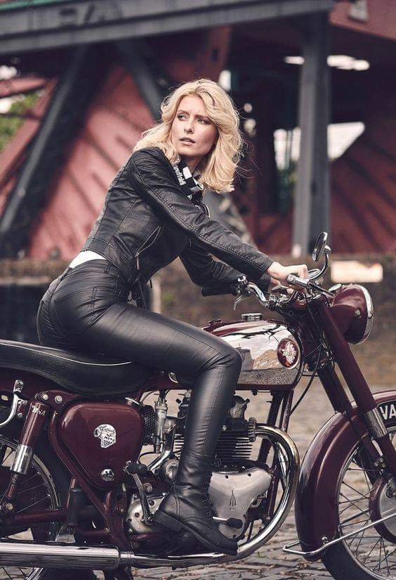 LES PIN UP A MOTO - Page 4 Fb_im138
