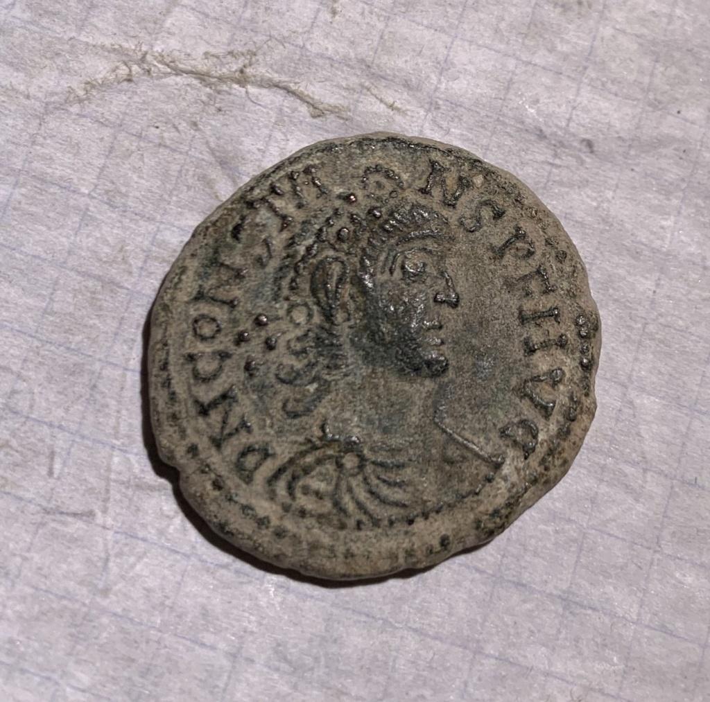 AE2 de cuño bárbaro a nombre de Constante I. FEL TEMP REPARATIO. Emperador en barca Img_6310