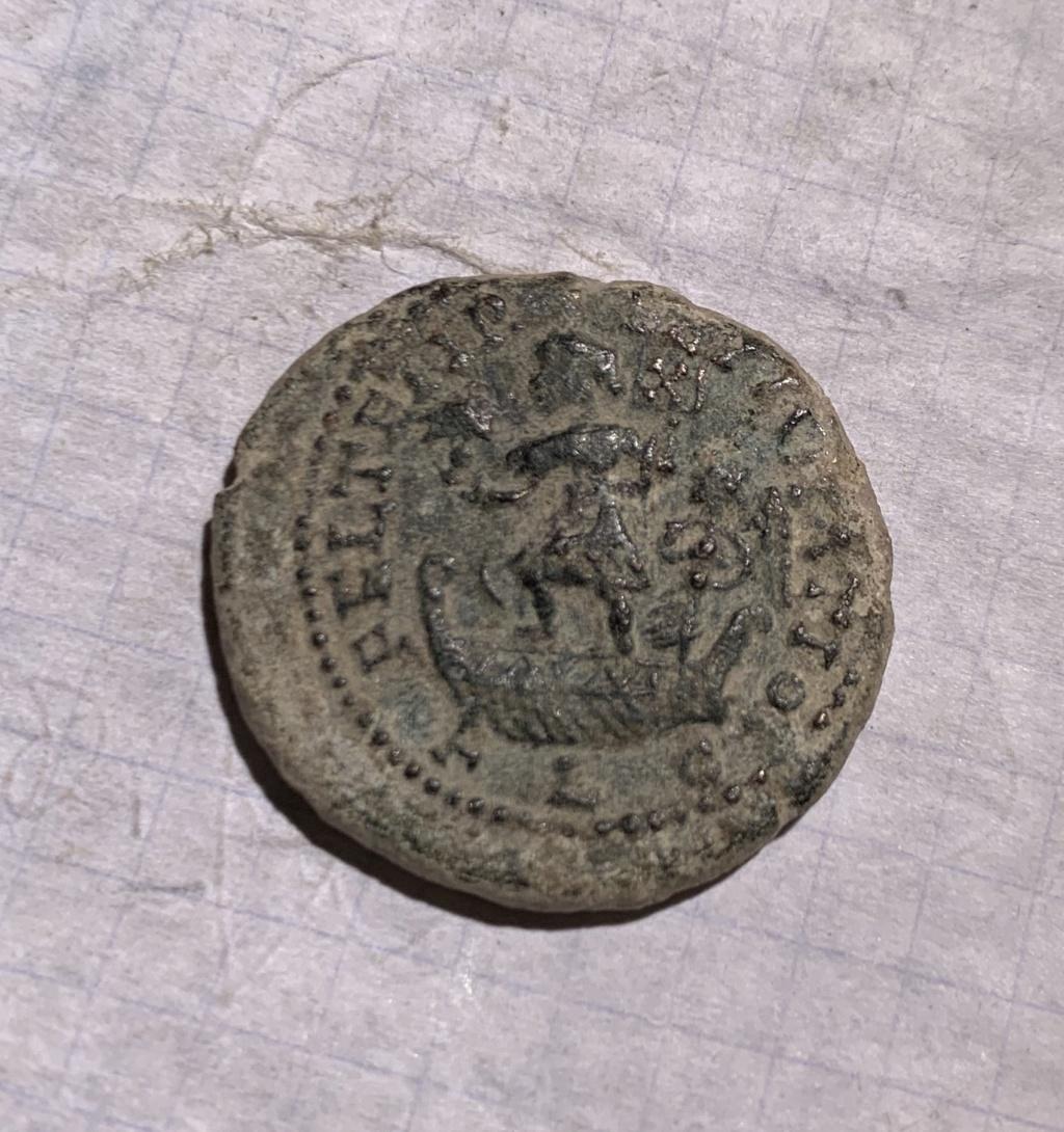 AE2 de cuño bárbaro a nombre de Constante I. FEL TEMP REPARATIO. Emperador en barca Img_8710