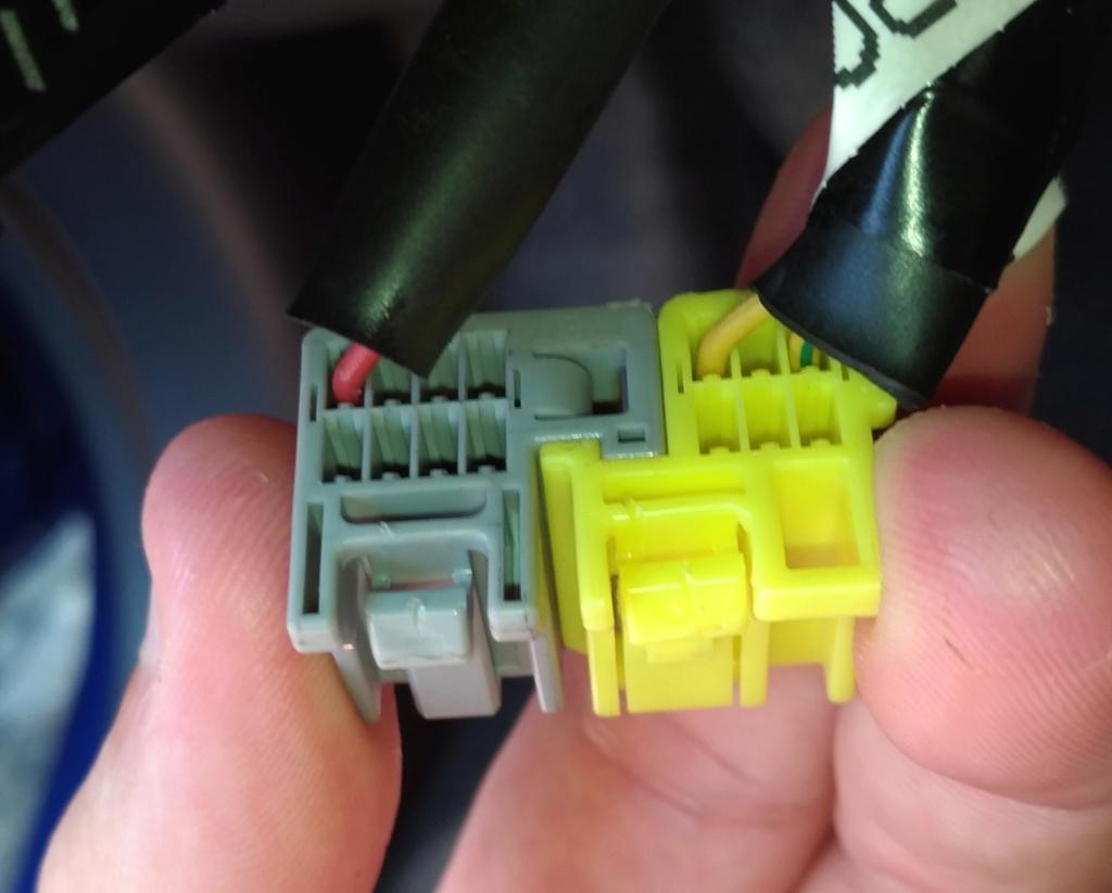 Instalação do Comando de Volante Nissan Old March 2014 Plugs10