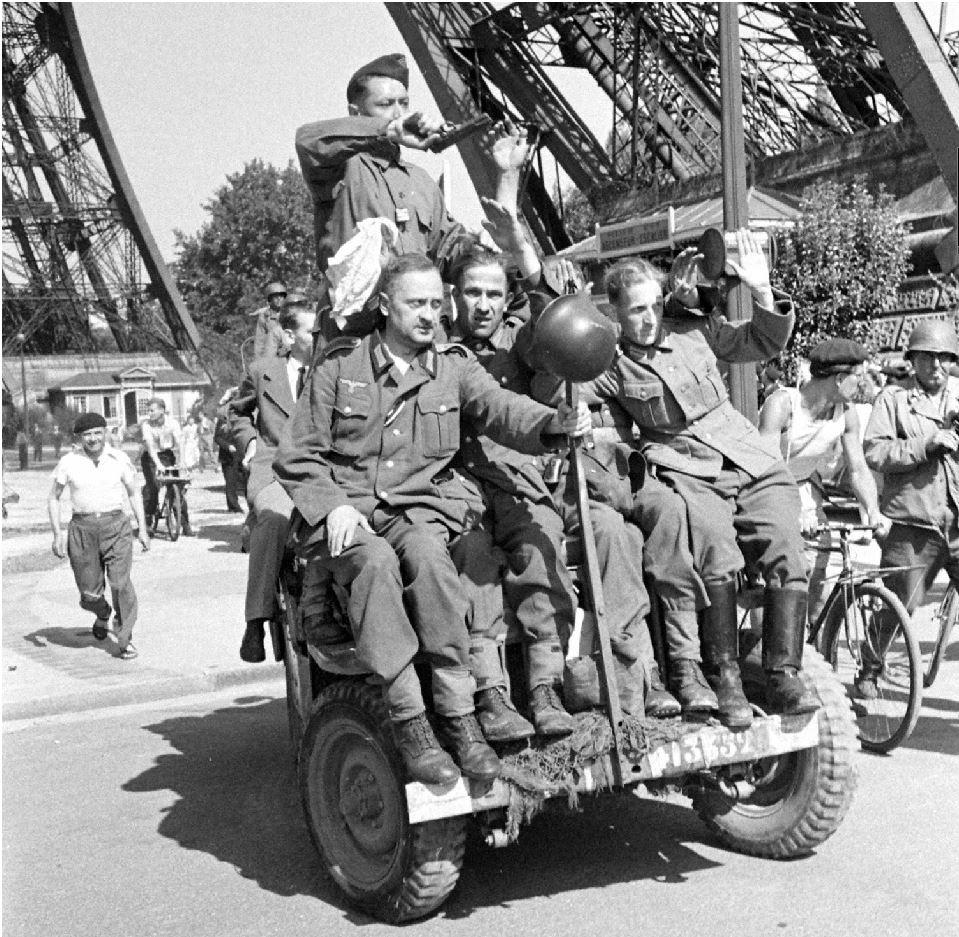 jeep et char 12 cuir sous tour Eiffel 41335211