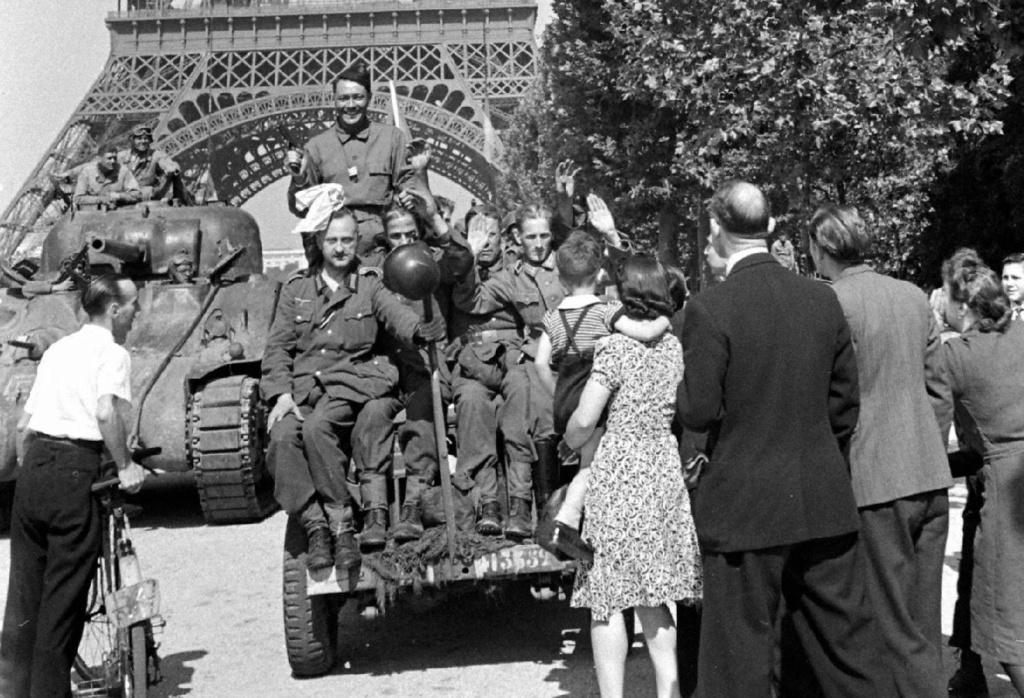 jeep et char 12 cuir sous tour Eiffel 41335212