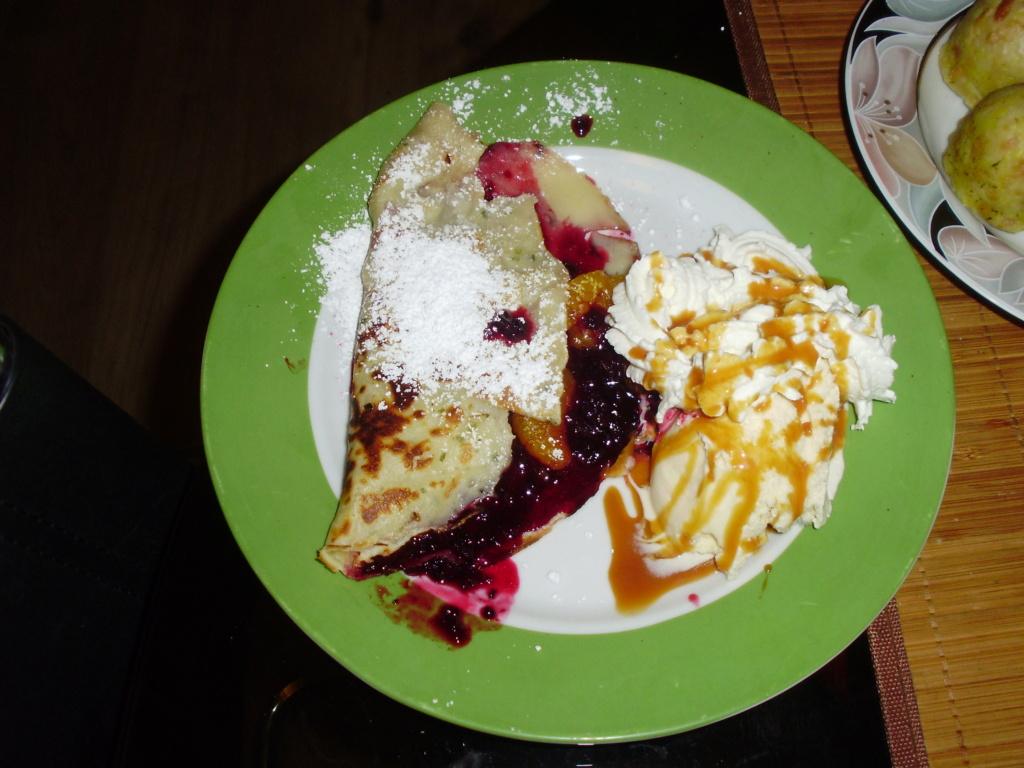 Creps mit selbstgemachter Brombeermarmelade, Vanillieeis mit Sahne und Caramelsoße ( Weihnachtsessen Nachtisch ) Pc240110