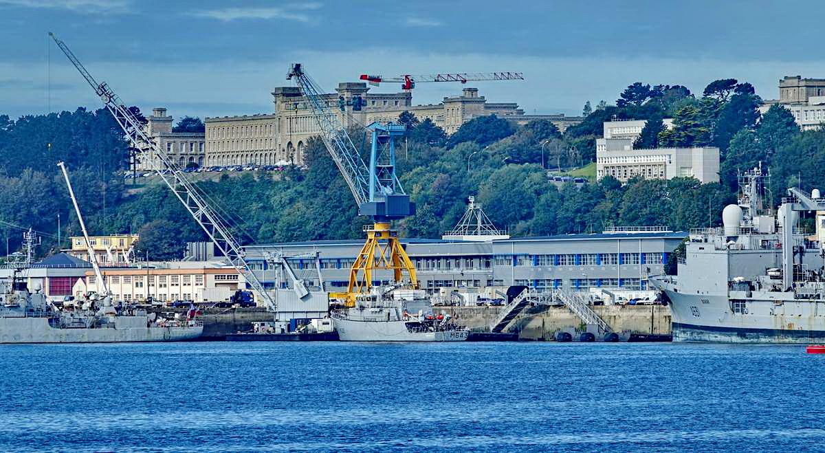 [Les ports militaires de métropole] Port de BREST - TOME 3 - Page 19 Dsc05371