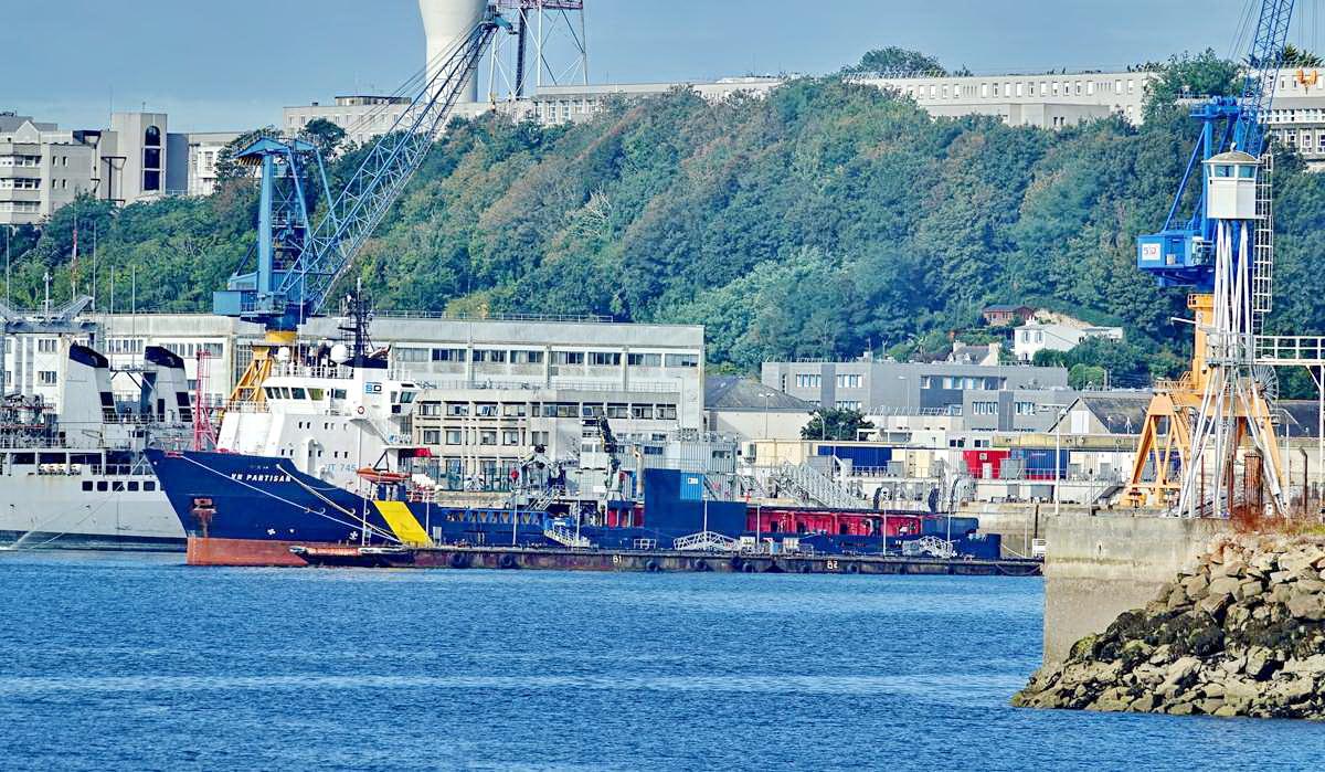 [Les ports militaires de métropole] Port de BREST - TOME 3 - Page 19 Dsc05407