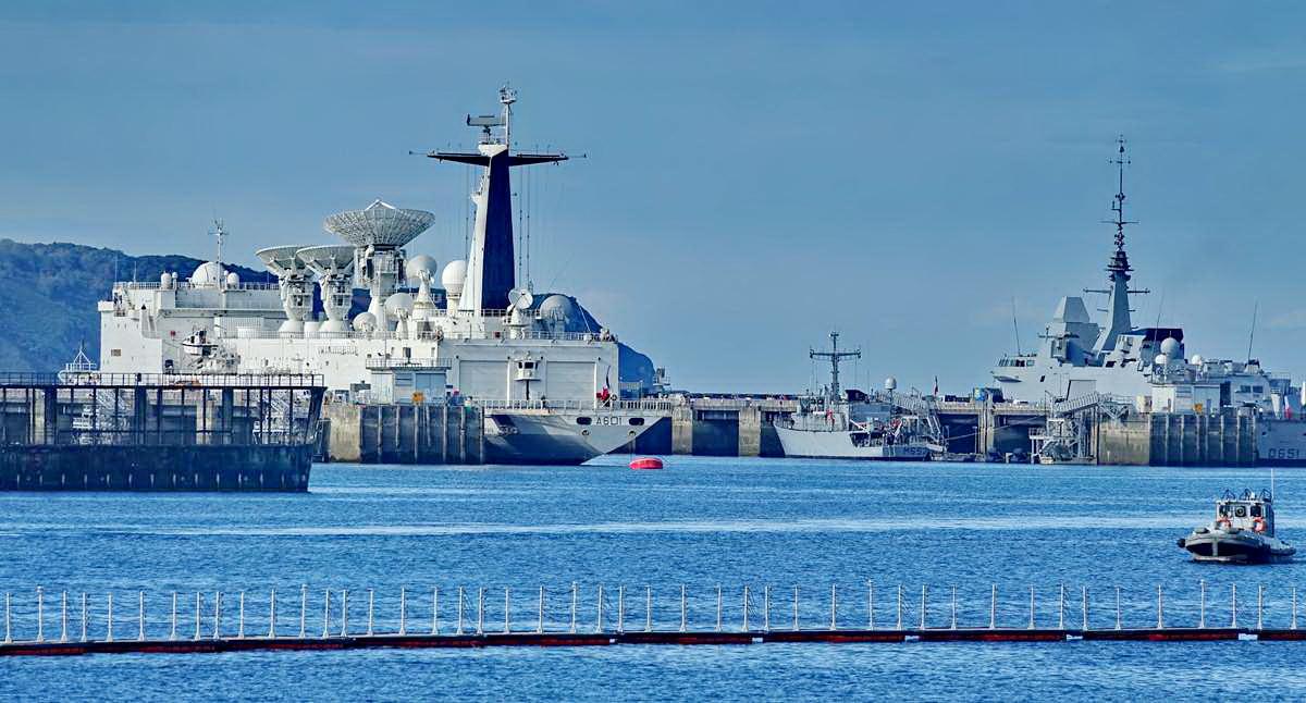 [Les ports militaires de métropole] Port de BREST - TOME 3 - Page 19 Dsc05408