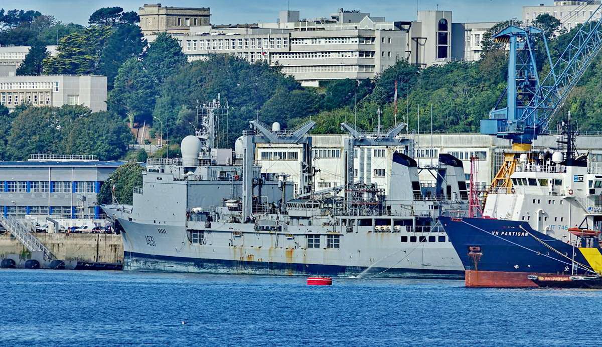 [Les ports militaires de métropole] Port de BREST - TOME 3 - Page 19 Dsc05413