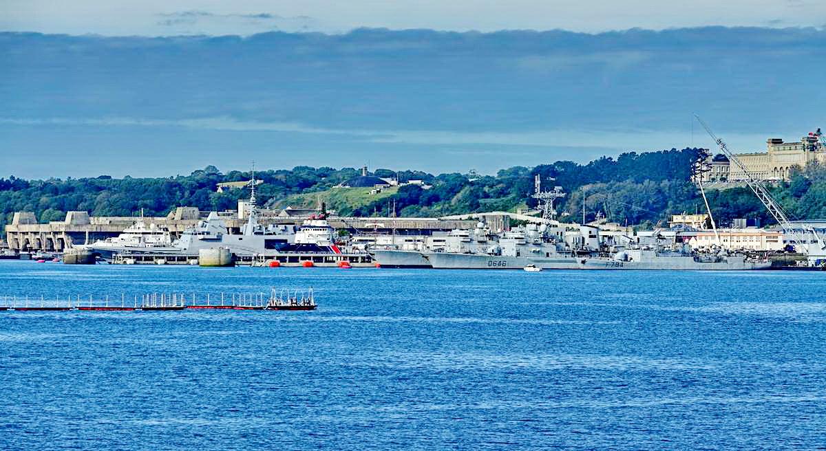 [Les ports militaires de métropole] Port de BREST - TOME 3 - Page 19 Dsc05415