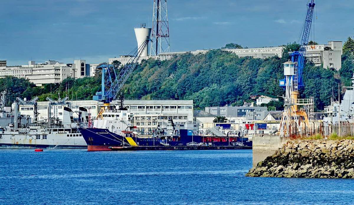 [Les ports militaires de métropole] Port de BREST - TOME 3 - Page 19 Dsc05416