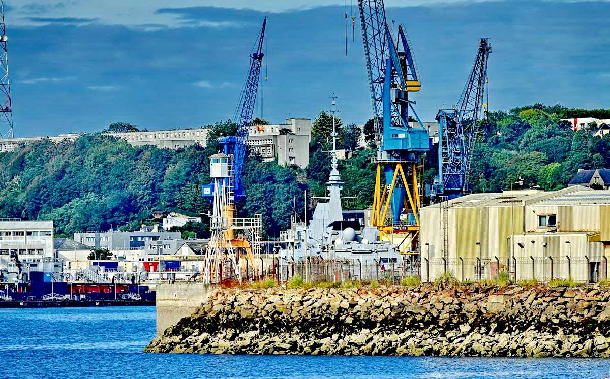 [Les ports militaires de métropole] Port de BREST - TOME 3 - Page 19 Dsc05417