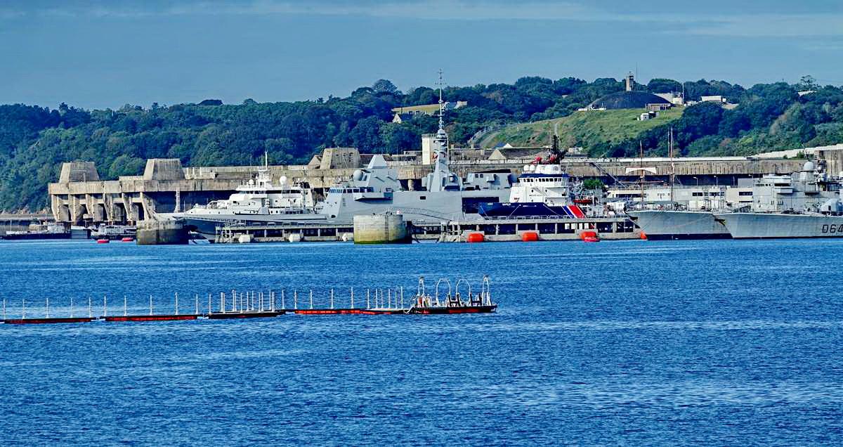 [Les ports militaires de métropole] Port de BREST - TOME 3 - Page 19 Dsc05419