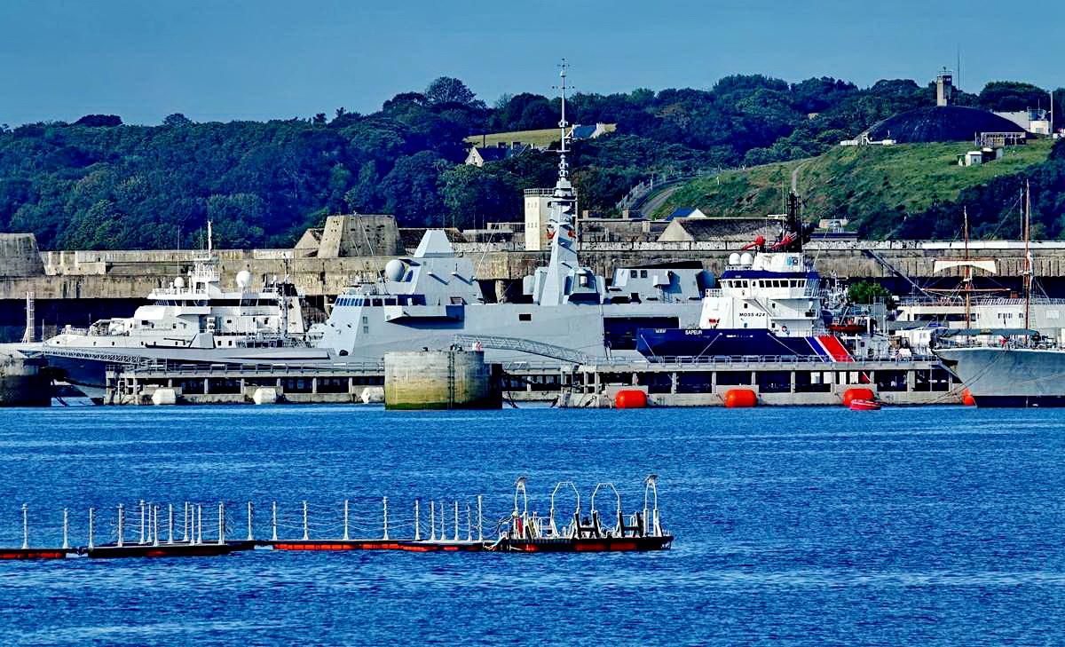 [Les ports militaires de métropole] Port de BREST - TOME 3 - Page 19 Dsc05422