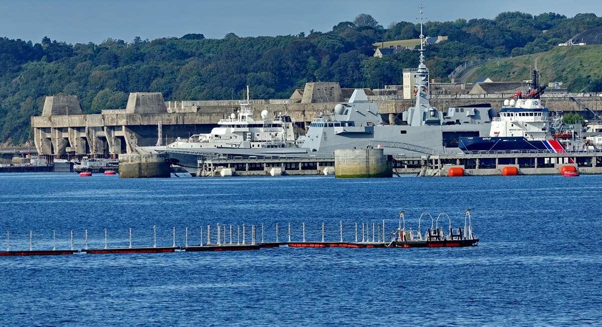 [Les ports militaires de métropole] Port de BREST - TOME 3 - Page 19 Dsc05425