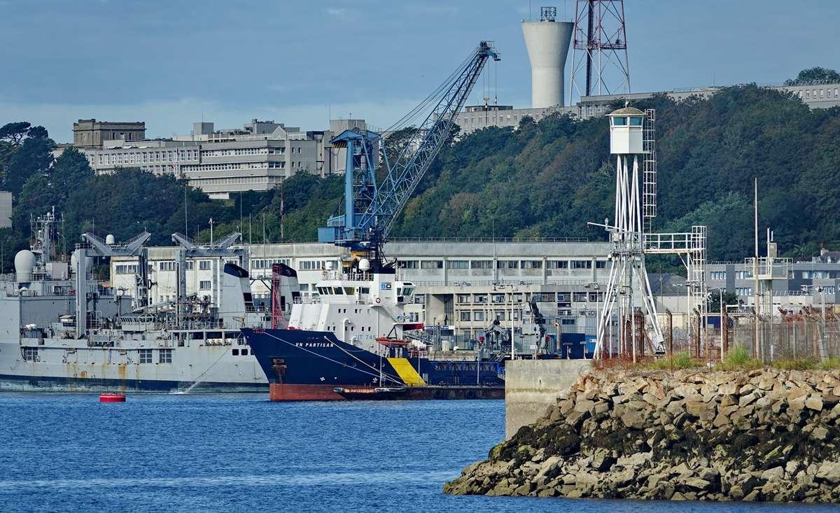 [Les ports militaires de métropole] Port de BREST - TOME 3 - Page 20 Dsc05689