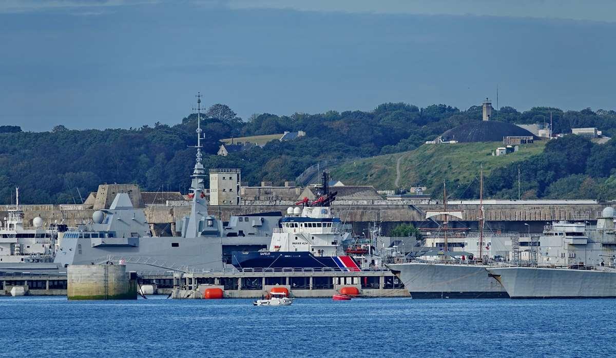 [Les ports militaires de métropole] Port de BREST - TOME 3 - Page 20 Dsc05692