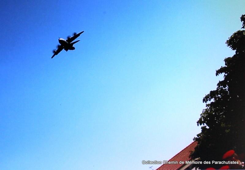 L'A400M survole à 2 reprises la cérémonie de la passation de commandement 2e_pas10
