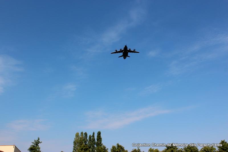 L'A400M survole à 2 reprises la cérémonie de la passation de commandement Img_8612