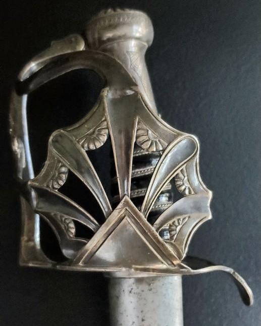 Comment fait on  la différence entre un sabre de la manu   de Pau et un vrai? - Page 2 D2a3b610