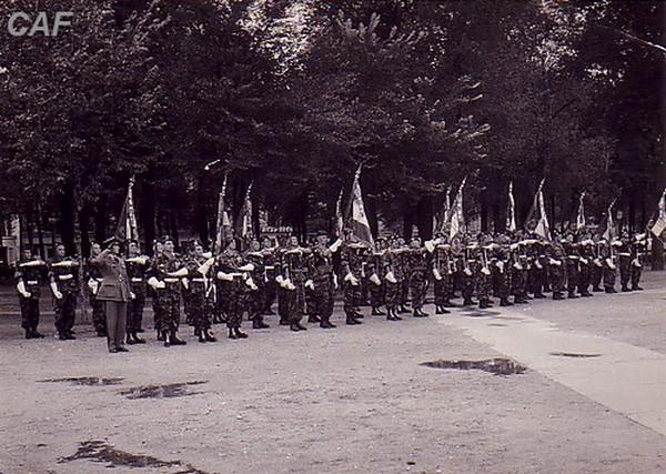 le 9 rcp défilant sur les champs élysée en 1957 14_jui12