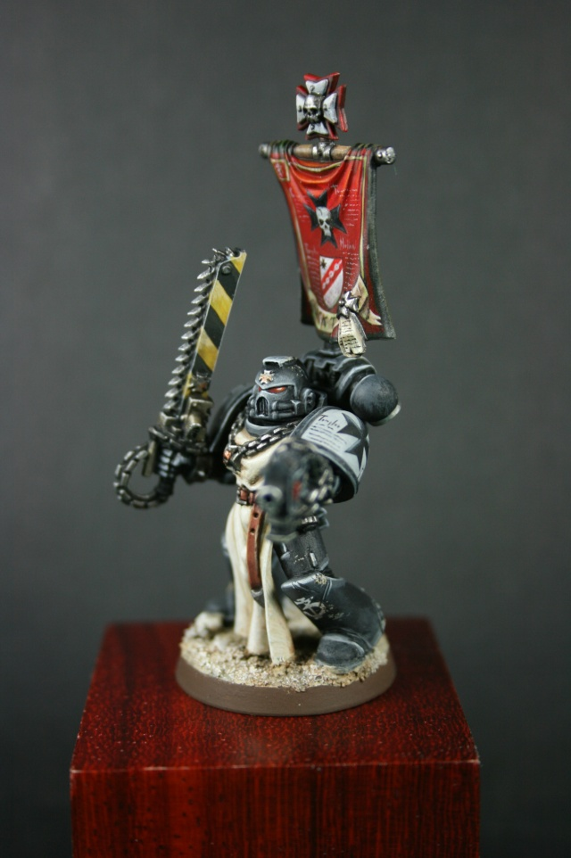 Black Templar avec bannière 00212