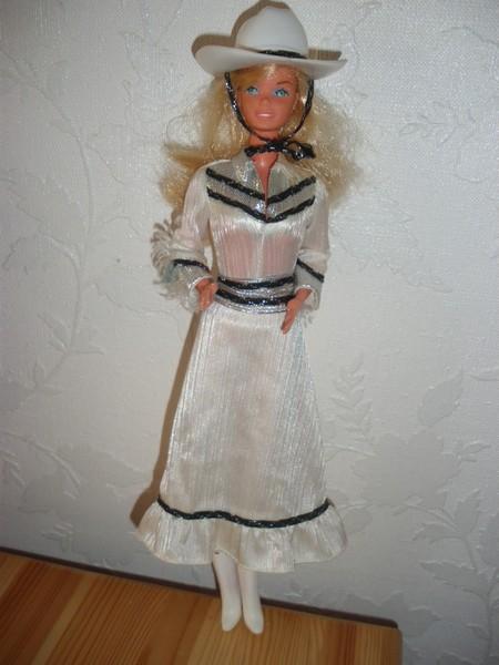 Ma collection de poupées Barbies - Page 4 Imgp0911