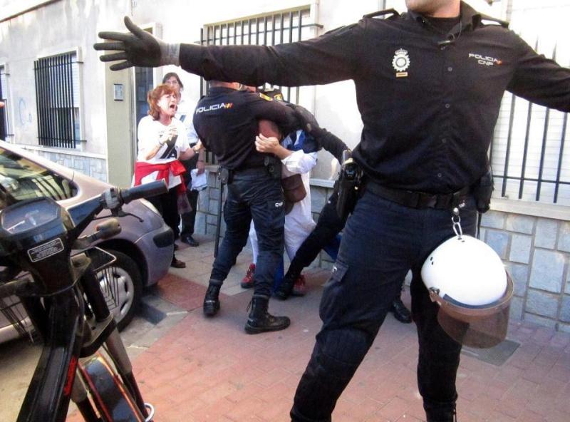 Responsable de un operativo policial se rie mientras sus agentes apalean a un activista 72871_10
