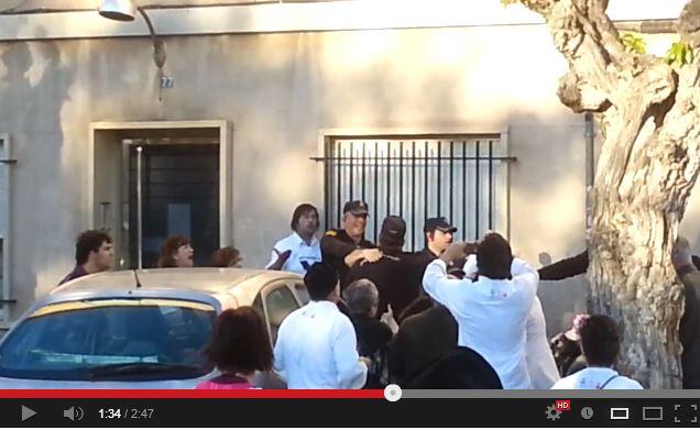Responsable de un operativo policial se rie mientras sus agentes apalean a un activista Ch10