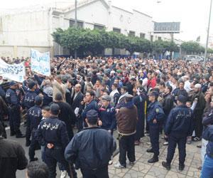 و بدأت الثورة الجزائرية اليوم 12/2/2011 بمسيرات سلمية فهل تنتهى بنهاية بوتفليقة و نظامه ام ينتصر هو على الشعب Marche11